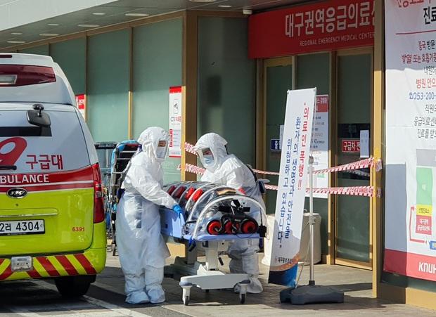 NÓNG: Hàn Quốc bất ngờ có thêm 20 ca nhiễm virus corona mới ngày 19/2, nghi do trường hợp siêu lây nhiễm ở nhà thờ - Ảnh 2.
