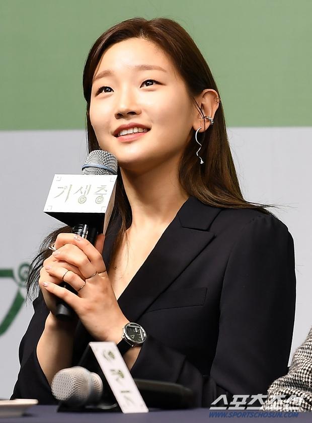 Họp báo đầu tiên của ekip Ký sinh trùng sau chiến thắng lịch sử ở Oscar: Park So Dam đẹp lạ, lấn át cả nữ hoàng 18+ - Ảnh 4.