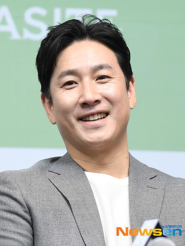 Parasite họp báo hoành tráng tại Hàn sau kì tích Oscar: Phóng viên đông khủng khiếp, chú Bong chiếm trọn spotlight! - Ảnh 3.
