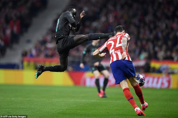 Tiền đạo Liverpool may mắn thoát thẻ đỏ sau hàng loạt tình huống trả đũa nguy hiểm - Ảnh 1.