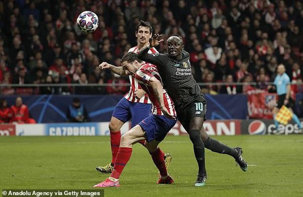 Tiền đạo Liverpool may mắn thoát thẻ đỏ sau hàng loạt tình huống trả đũa nguy hiểm - Ảnh 3.