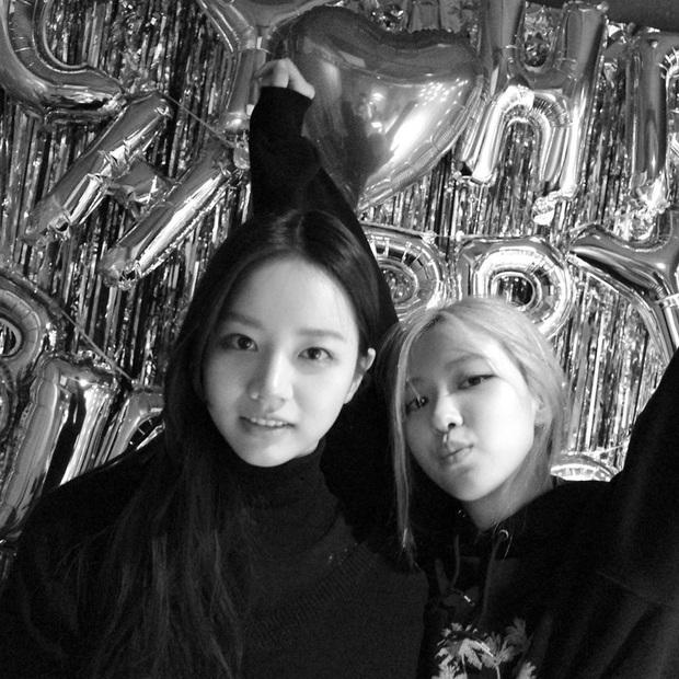Loạt hình sinh nhật nóng bỏng tay của cặp bạn thân Rosé (BLACKPINK) - Hyeri (Girls Day): Bộ đôi mỹ nhân thân thiết của Kpop, khung hình nào cũng xinh ngỡ ngàng - Ảnh 5.