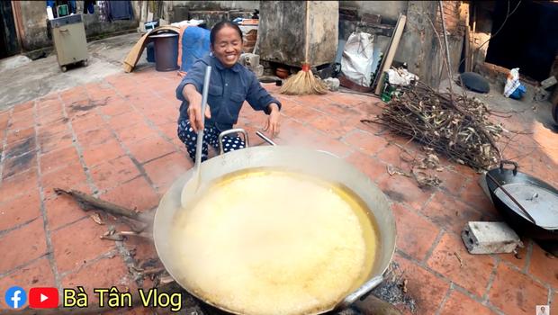 Các Vlogger khác mà làm hỏng đồ ăn thì sẽ quay lại clip, riêng bà Tân Vlog là cứ lên đều bất kể cháy hay sống - Ảnh 5.