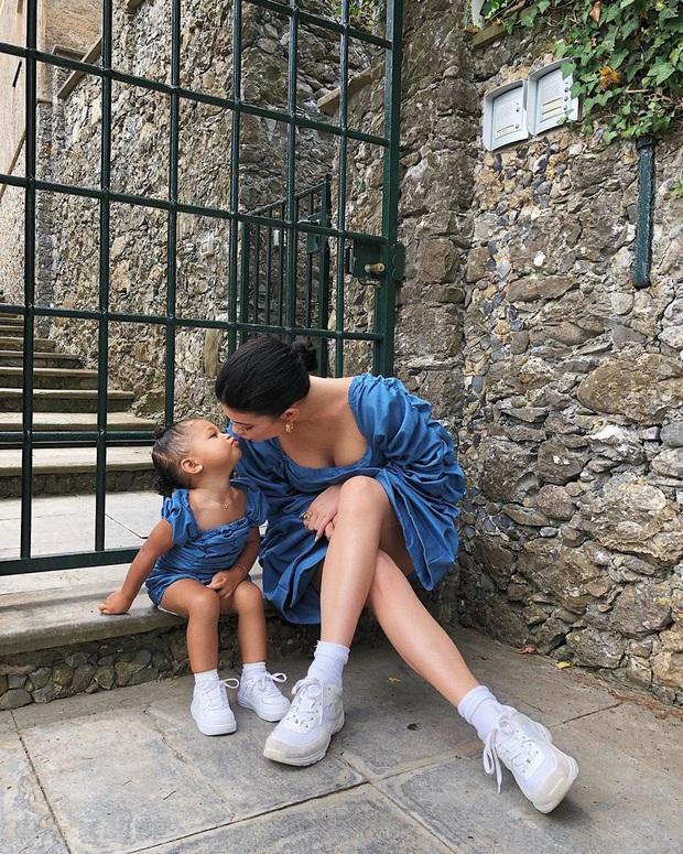 Chưa chắc bạn đã cool bằng bé Stormi nhà Kylie: Mới 2 tuổi đã diện khuyên tai to bản cực gắt, khoe thần thái đến người lớn cũng phải e dè - Ảnh 5.