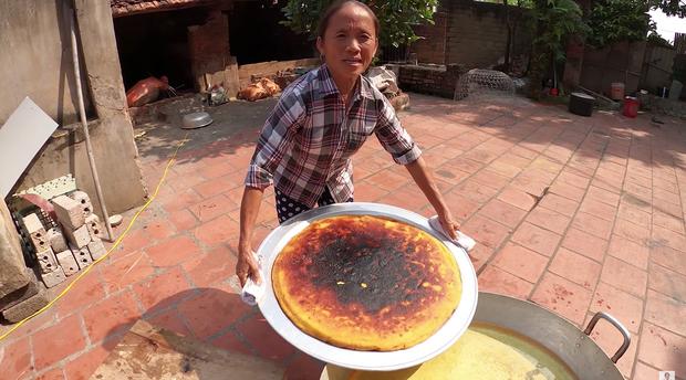 Các Vlogger khác mà làm hỏng đồ ăn thì sẽ quay lại clip, riêng bà Tân Vlog là cứ lên đều bất kể cháy hay sống - Ảnh 3.