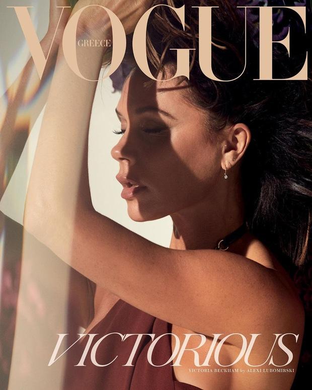 Bộ ảnh tạp chí mới gây xôn xao của Victoria: Sắc vóc của bà mẹ U50, 4 con như thế này bảo sao David Beckham mê mẩn - Ảnh 3.