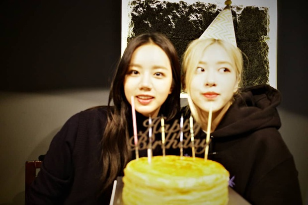 Loạt hình sinh nhật nóng bỏng tay của cặp bạn thân Rosé (BLACKPINK) - Hyeri (Girls Day): Bộ đôi mỹ nhân thân thiết của Kpop, khung hình nào cũng xinh ngỡ ngàng - Ảnh 1.
