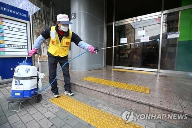 NÓNG: Hàn Quốc bất ngờ có thêm 20 ca nhiễm virus corona mới ngày 19/2, nghi do trường hợp siêu lây nhiễm ở nhà thờ - Ảnh 1.