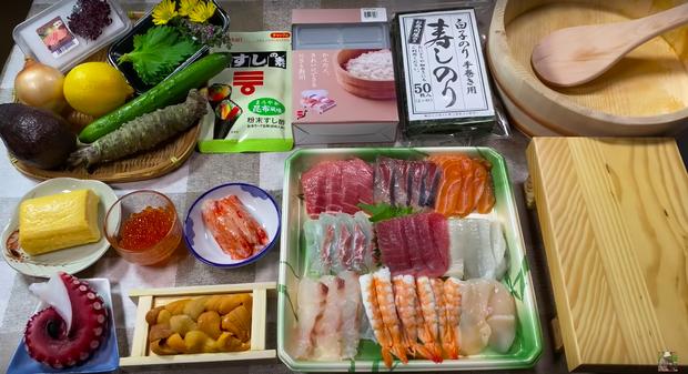 Góc dễ thương: Chiếc thuyền sushi trong vlog mới của Quỳnh Trần JP suýt… trôi đi vì quá nặng, ngồi ăn mà phải lo giữ không rơi mất! - Ảnh 2.