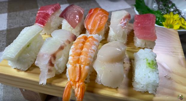 Góc dễ thương: Chiếc thuyền sushi trong vlog mới của Quỳnh Trần JP suýt… trôi đi vì quá nặng, ngồi ăn mà phải lo giữ không rơi mất! - Ảnh 5.
