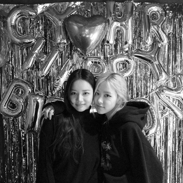 Loạt hình sinh nhật nóng bỏng tay của cặp bạn thân Rosé (BLACKPINK) - Hyeri (Girls Day): Bộ đôi mỹ nhân thân thiết của Kpop, khung hình nào cũng xinh ngỡ ngàng - Ảnh 4.