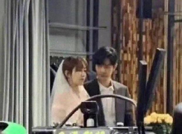 Hậu trường Dư Sinh: Tiêu Chiến hết xoa đầu lại nhìn Dương Tử say đắm trong ngày cưới - Ảnh 3.
