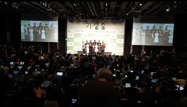 Parasite họp báo hoành tráng tại Hàn sau kì tích 4 giải Oscar: Phóng viên đông khủng khiếp, ai nấy đều xoáy vào chú Bong - Ảnh 6.
