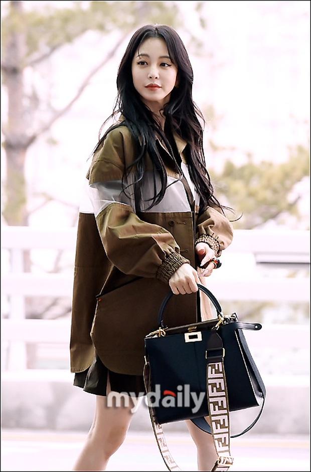 Đọ sắc khốc liệt với Han Ye Seul, nữ hoàng dao kéo Park Min Young vô tình lộ điểm nhạy cảm vì áo quá mỏng ở sân bay - Ảnh 4.