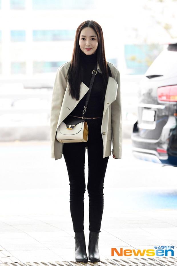 Đọ sắc khốc liệt với Han Ye Seul, nữ hoàng dao kéo Park Min Young vô tình lộ điểm nhạy cảm vì áo quá mỏng ở sân bay - Ảnh 9.