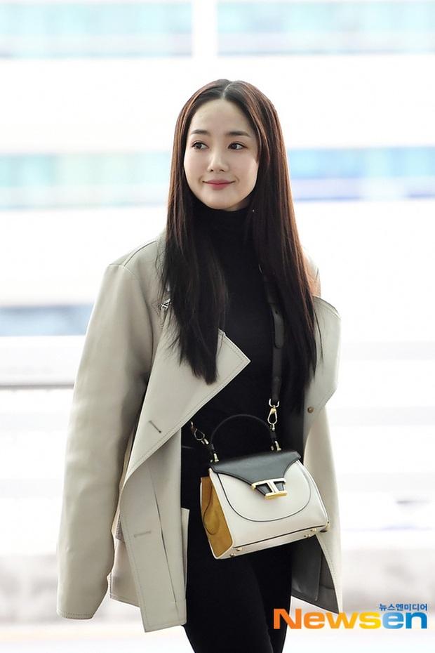 Đọ sắc khốc liệt với Han Ye Seul, nữ hoàng dao kéo Park Min Young vô tình lộ điểm nhạy cảm vì áo quá mỏng ở sân bay - Ảnh 12.