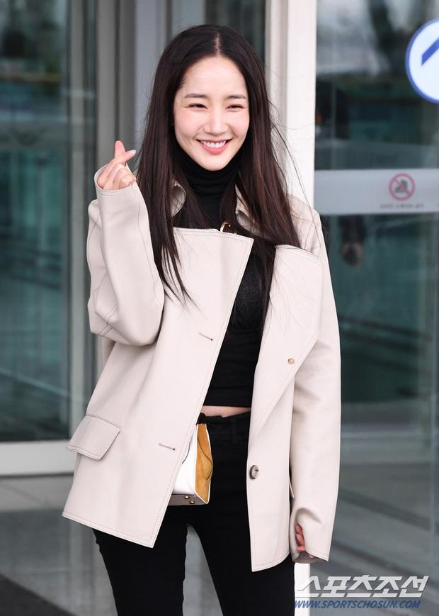 Đọ sắc khốc liệt với Han Ye Seul, nữ hoàng dao kéo Park Min Young vô tình lộ điểm nhạy cảm vì áo quá mỏng ở sân bay - Ảnh 13.