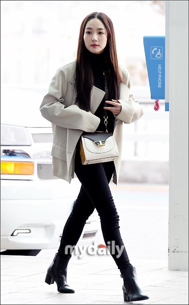 Đọ sắc khốc liệt với Han Ye Seul, nữ hoàng dao kéo Park Min Young vô tình lộ điểm nhạy cảm vì áo quá mỏng ở sân bay - Ảnh 11.