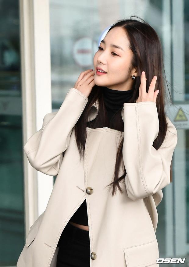 Đọ sắc khốc liệt với Han Ye Seul, nữ hoàng dao kéo Park Min Young vô tình lộ điểm nhạy cảm vì áo quá mỏng ở sân bay - Ảnh 15.