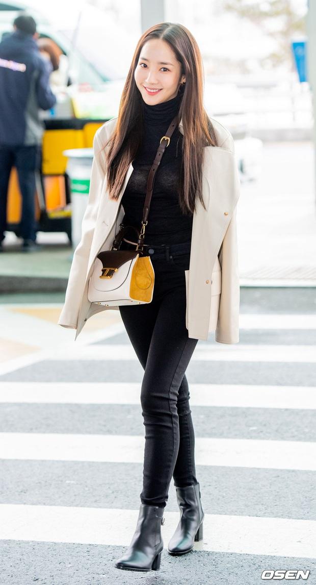 Đọ sắc khốc liệt với Han Ye Seul, nữ hoàng dao kéo Park Min Young vô tình lộ điểm nhạy cảm vì áo quá mỏng ở sân bay - Ảnh 17.