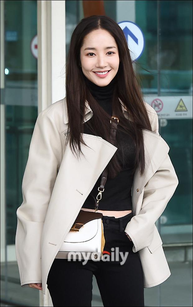 Đọ sắc khốc liệt với Han Ye Seul, nữ hoàng dao kéo Park Min Young vô tình lộ điểm nhạy cảm vì áo quá mỏng ở sân bay - Ảnh 14.