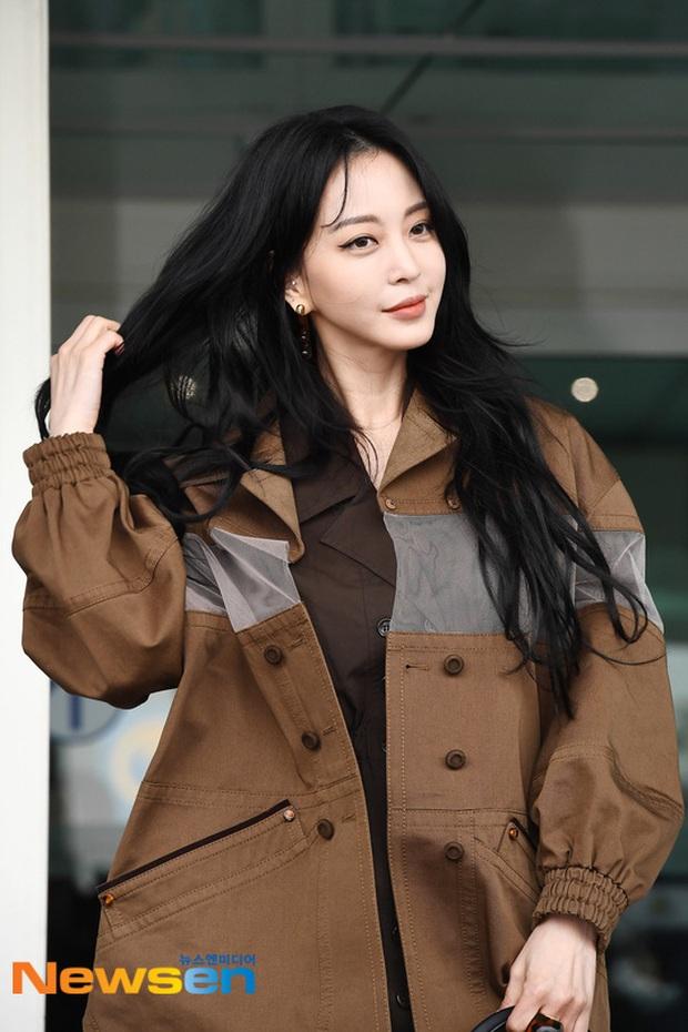 Đọ sắc khốc liệt với Han Ye Seul, nữ hoàng dao kéo Park Min Young vô tình lộ điểm nhạy cảm vì áo quá mỏng ở sân bay - Ảnh 6.