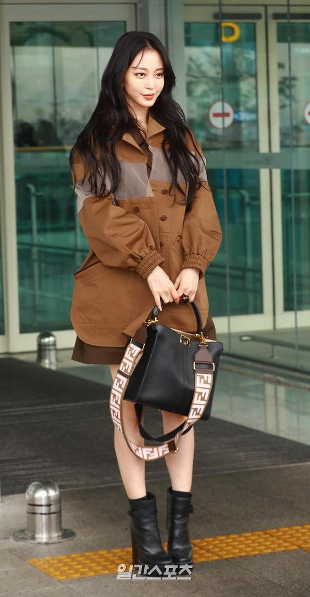 Đọ sắc khốc liệt với Han Ye Seul, nữ hoàng dao kéo Park Min Young vô tình lộ điểm nhạy cảm vì áo quá mỏng ở sân bay - Ảnh 2.
