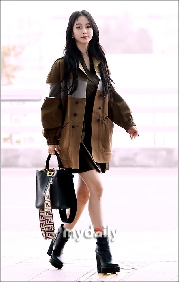 Đọ sắc khốc liệt với Han Ye Seul, nữ hoàng dao kéo Park Min Young vô tình lộ điểm nhạy cảm vì áo quá mỏng ở sân bay - Ảnh 3.
