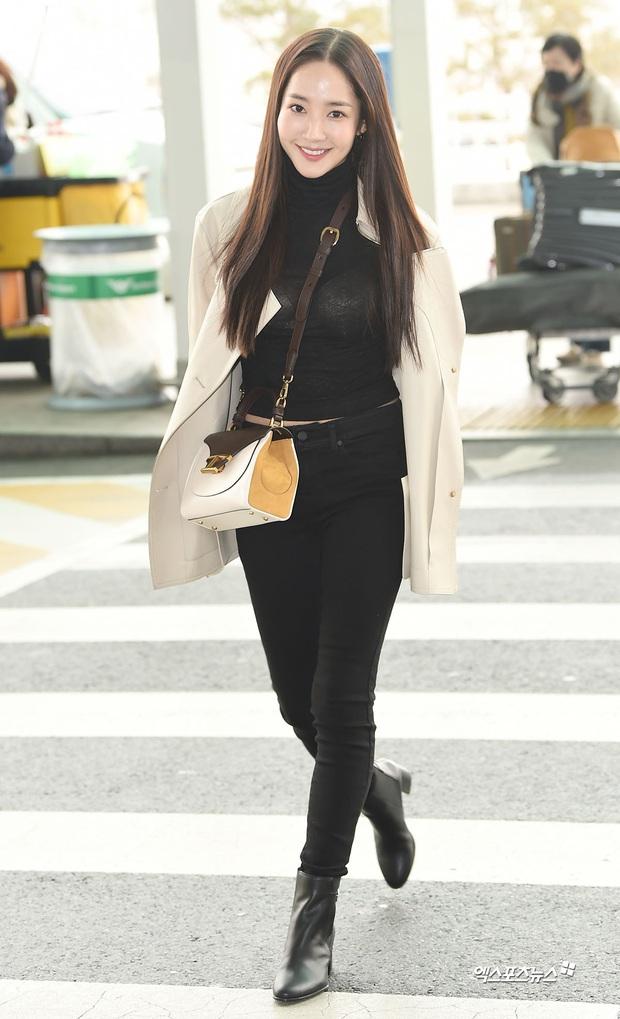 Đọ sắc khốc liệt với Han Ye Seul, nữ hoàng dao kéo Park Min Young vô tình lộ điểm nhạy cảm vì áo quá mỏng ở sân bay - Ảnh 16.
