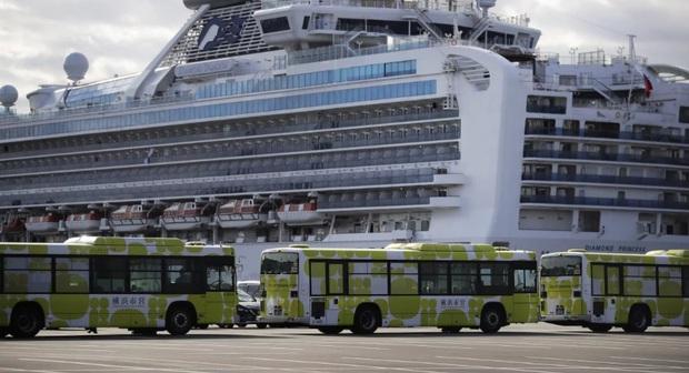 Những hành khách đầu tiên rời du thuyền Diamond Princess sau cách ly - Ảnh 1.