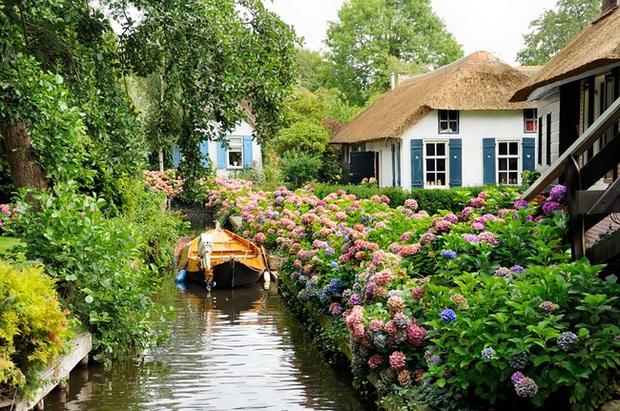 Thị trấn cổ tích Giethoorn ở Hà Lan: Hơn 7 thế kỷ không có đường bộ, đi thăm nhau không ngồi ô tô mà phải chèo thuyền - Ảnh 1.