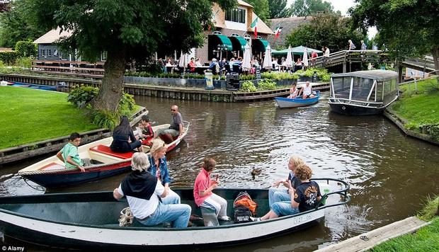 Thị trấn cổ tích Giethoorn ở Hà Lan: Hơn 7 thế kỷ không có đường bộ, đi thăm nhau không ngồi ô tô mà phải chèo thuyền - Ảnh 4.