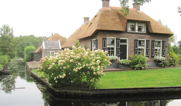 Thị trấn cổ tích Giethoorn ở Hà Lan: Hơn 7 thế kỷ không có đường bộ, đi thăm nhau không ngồi ô tô mà phải chèo thuyền - Ảnh 5.