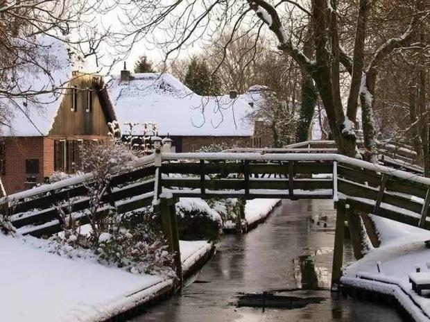 Thị trấn cổ tích Giethoorn ở Hà Lan: Hơn 7 thế kỷ không có đường bộ, đi thăm nhau không ngồi ô tô mà phải chèo thuyền - Ảnh 7.