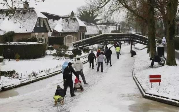 Thị trấn cổ tích Giethoorn ở Hà Lan: Hơn 7 thế kỷ không có đường bộ, đi thăm nhau không ngồi ô tô mà phải chèo thuyền - Ảnh 8.