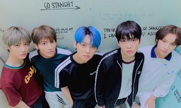Tưởng được ngậm thìa vàng từ lúc debut, boygroup em trai BTS vẫn phải ngủ chung 1 phòng trong ký túc xá - Ảnh 2.