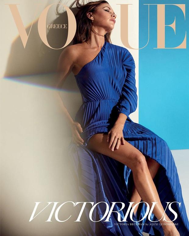 Bộ ảnh tạp chí mới gây xôn xao của Victoria: Sắc vóc của bà mẹ U50, 4 con như thế này bảo sao David Beckham mê mẩn - Ảnh 1.
