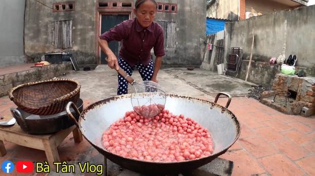 Làm mâm xúc xích siêu to khổng lồ, lần này cháu của bà Tân Vlog lại kêu chẳng ngon gì cả, nhìn cách ăn thì mới hiểu lý do - Ảnh 4.