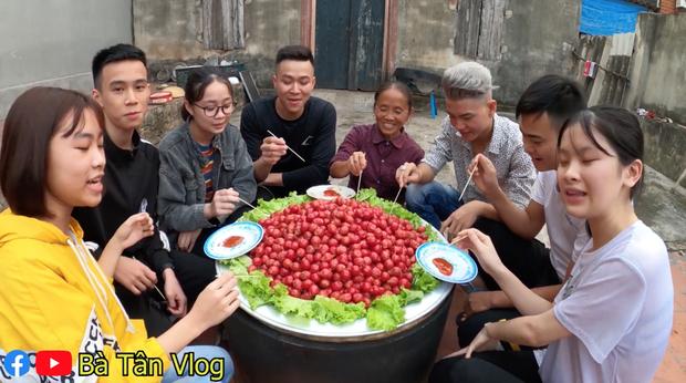 Làm mâm xúc xích siêu to khổng lồ, lần này cháu của bà Tân Vlog lại kêu chẳng ngon gì cả, nhìn cách ăn thì mới hiểu lý do - Ảnh 8.
