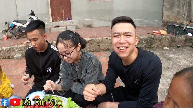 Làm mâm xúc xích siêu to khổng lồ, lần này cháu của bà Tân Vlog lại kêu chẳng ngon gì cả, nhìn cách ăn thì mới hiểu lý do - Ảnh 6.