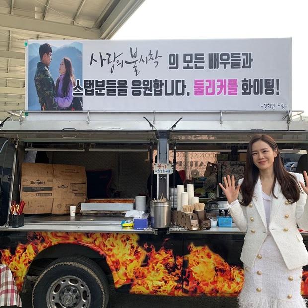 Đang được ship với Hyun Bin, Son Ye Jin bỗng nhận quà đặc biệt từ tình cũ tin đồn Jung Hae In, chị đẹp phản ứng ra sao? - Ảnh 2.