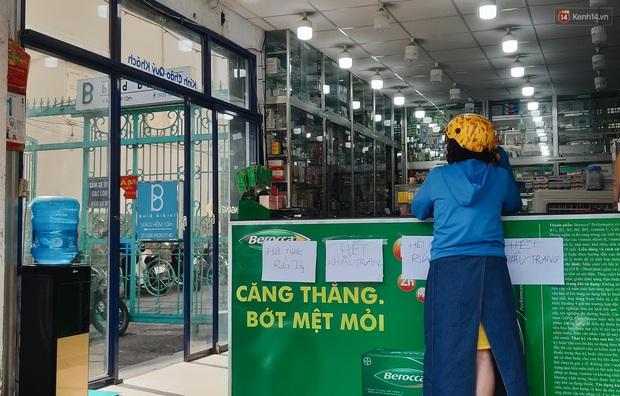 Người Sài Gòn đổ xô đi vét sạch khẩu trang phòng virus corona, một số tiệm thuốc tây ngưng bán để phát miễn phí - Ảnh 7.