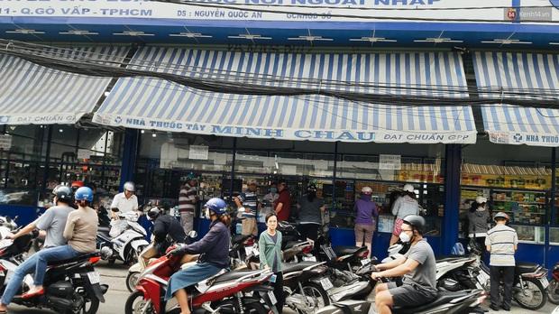 Người Sài Gòn đổ xô đi vét sạch khẩu trang phòng virus corona, một số tiệm thuốc tây ngưng bán để phát miễn phí - Ảnh 1.