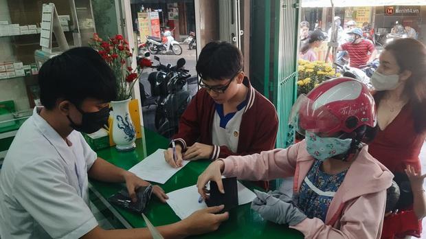 Người Sài Gòn đổ xô đi vét sạch khẩu trang phòng virus corona, một số tiệm thuốc tây ngưng bán để phát miễn phí - Ảnh 2.