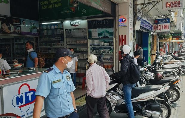 Người Sài Gòn đổ xô đi vét sạch khẩu trang phòng virus corona, một số tiệm thuốc tây ngưng bán để phát miễn phí - Ảnh 3.