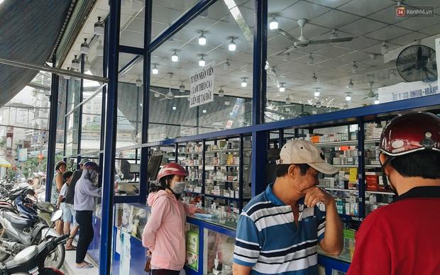 Người Sài Gòn đổ xô đi vét sạch khẩu trang phòng virus corona, một số tiệm thuốc tây ngưng bán để phát miễn phí - Ảnh 4.