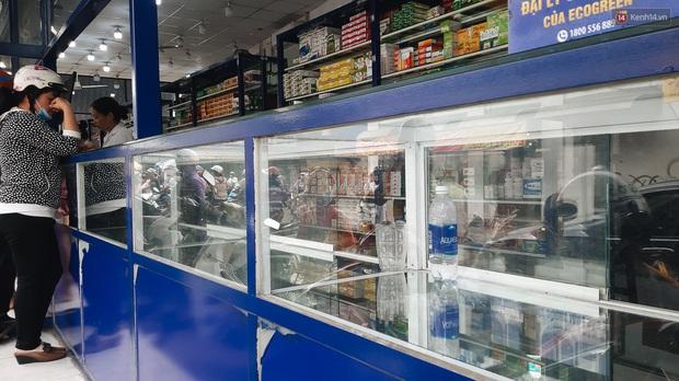 Người Sài Gòn đổ xô đi vét sạch khẩu trang phòng virus corona, một số tiệm thuốc tây ngưng bán để phát miễn phí - Ảnh 6.