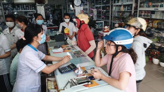 Người Sài Gòn đổ xô đi vét sạch khẩu trang phòng virus corona, một số tiệm thuốc tây ngưng bán để phát miễn phí - Ảnh 5.