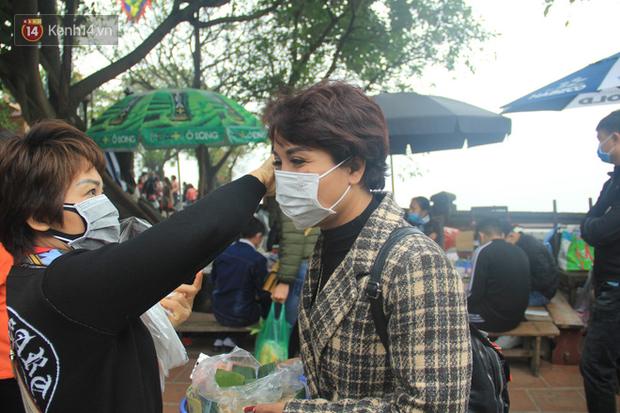 Phát miễn phí 75.000 chiếc khẩu trang y tế phòng ngừa đại dịch corona tại Hà Nội, nhiều người từ chối nhận - Ảnh 13.