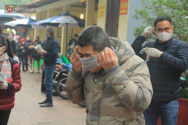 Phát miễn phí 75.000 chiếc khẩu trang y tế phòng ngừa đại dịch corona tại Hà Nội, nhiều người từ chối nhận - Ảnh 11.